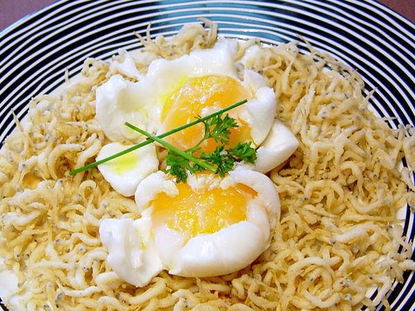 Huevos de Oca podché con Chanquetes en fritura